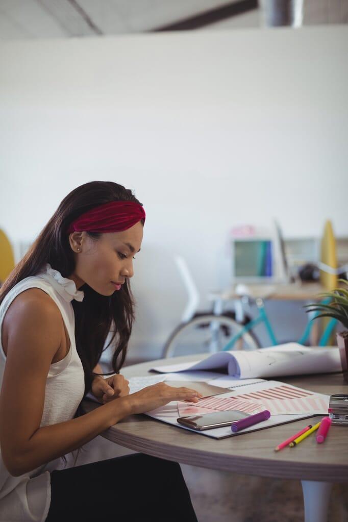 Emprendedora que trabaja en el escritorio de oficina